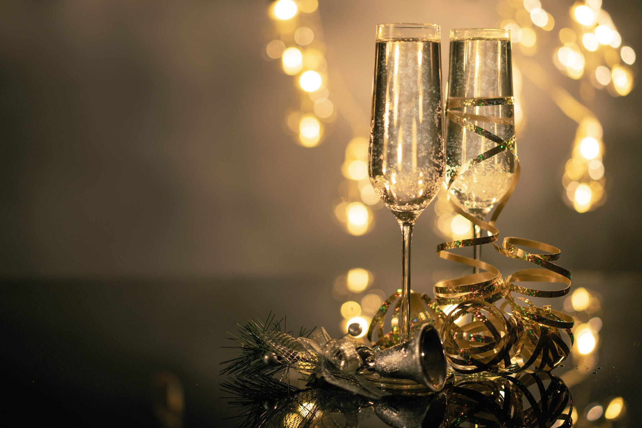 Deux coupes de champagne pour célébrer un anniversaire de mariage romantique en amoureux