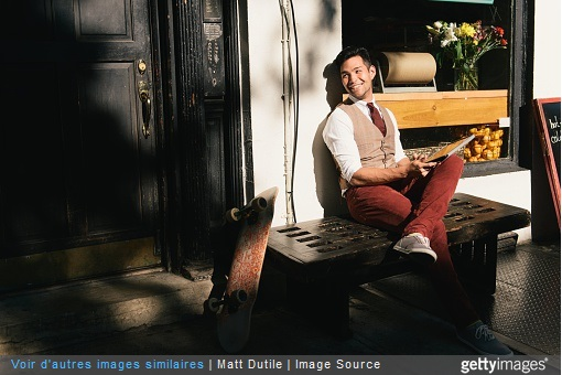 homme à la mode dans maison