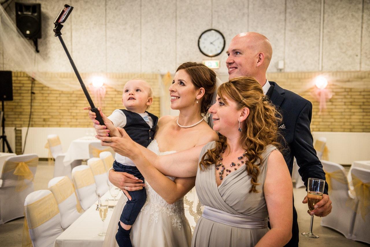 4 personnes en train de prendre un selfie à un mariage